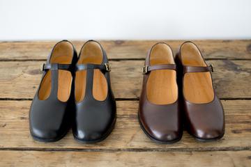 中底にある小さな穴は、靴底の形をつくるために打つ針を抜く際にできるもので、職人さんの手作りの証です。